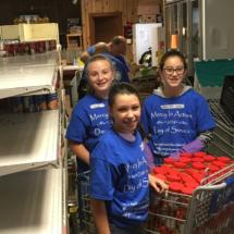 c-volunteers-at-fish-food-pantry-2